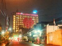 Lampu Merah Putih Berbentuk Hati Hiasi Gedung THE 1O1 Bogor Suryakancana